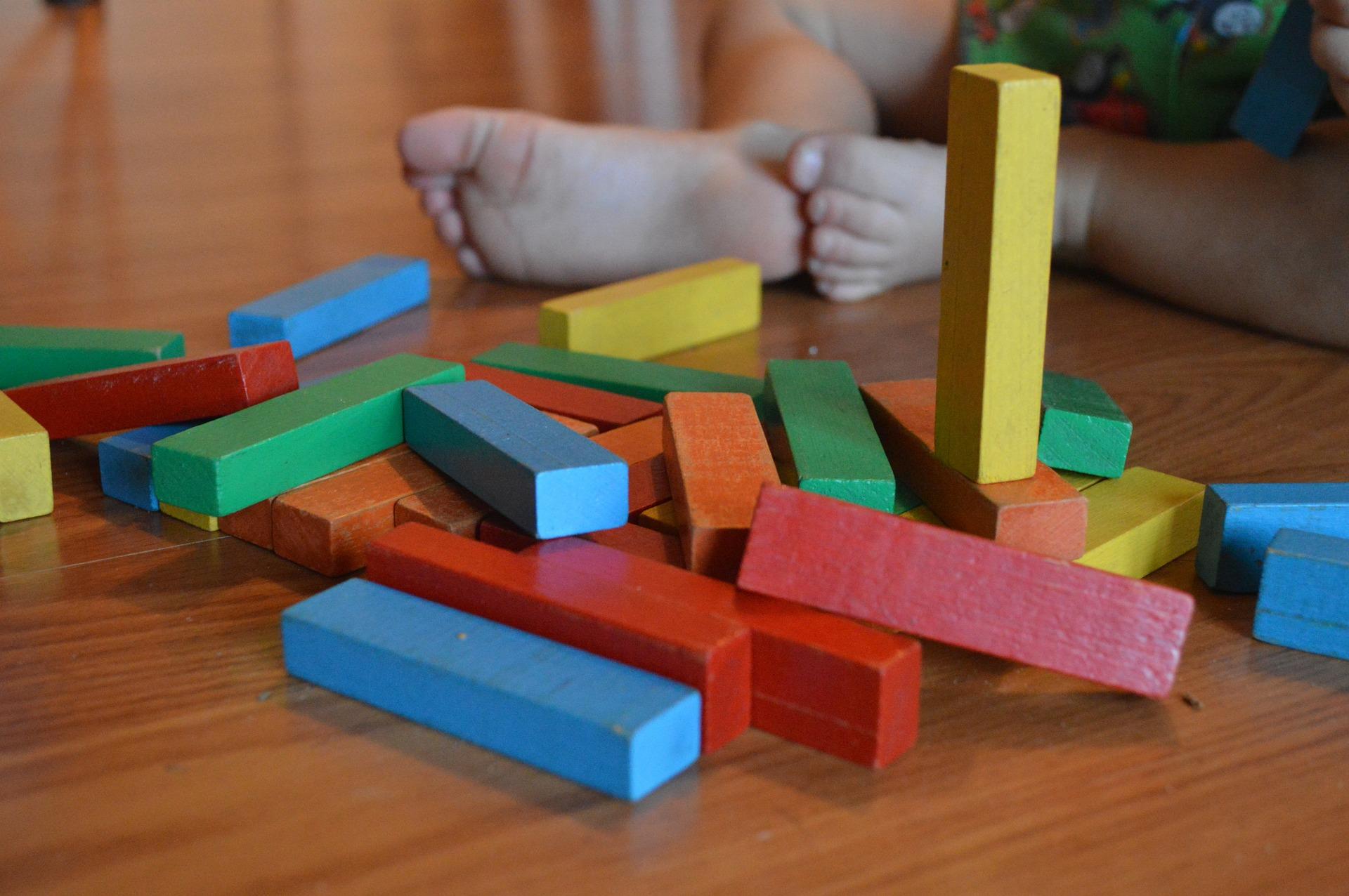 Kind spielt mit Holzklötzen
